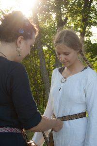 Jaunoji aprėdoma šventiniais drabužiais