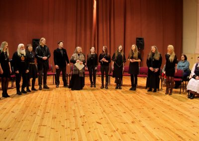 Kūlgrindos ansamblis dainuoja Žiūrų dainas. V. Daraškevičiaus nuotr.
