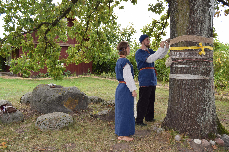 Laimos šventykloje tėveliai Milžinai aukoja siūlus Deivei Laimai 2018-09-08_1